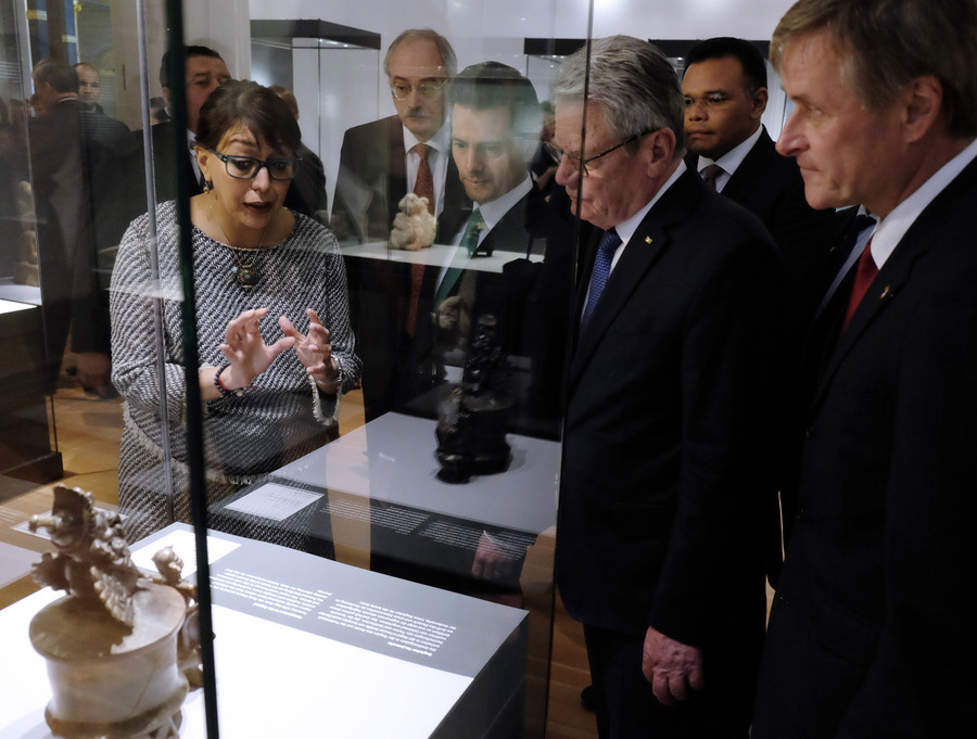 "Visit of the exhibition ""The Maya – Language of Beauty"", Mexican President Peῇa Nieto, German President Joachim Gauck and curator Karina Romeo Blanco, April 2016 © Jirka Jansch"